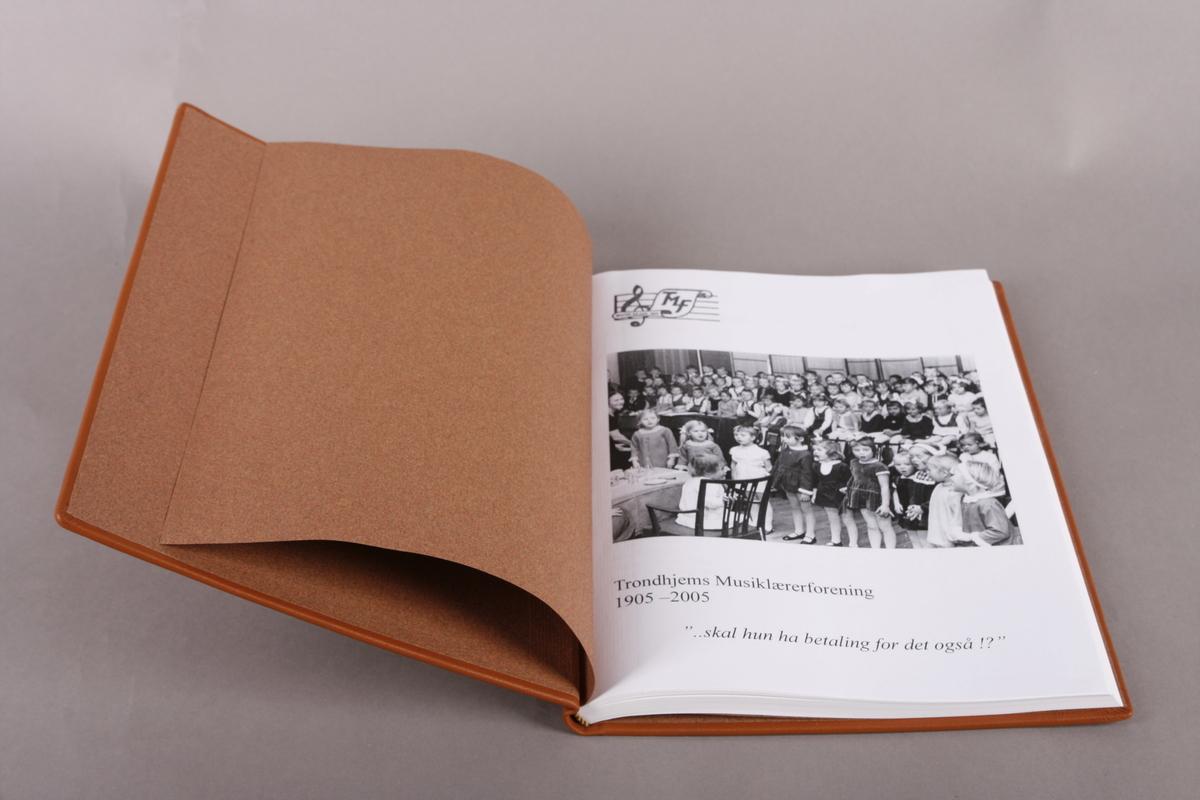 Jubileumsbok for Trondhjems musiklærerforening utgitt i 2005, innbundet i 2018.