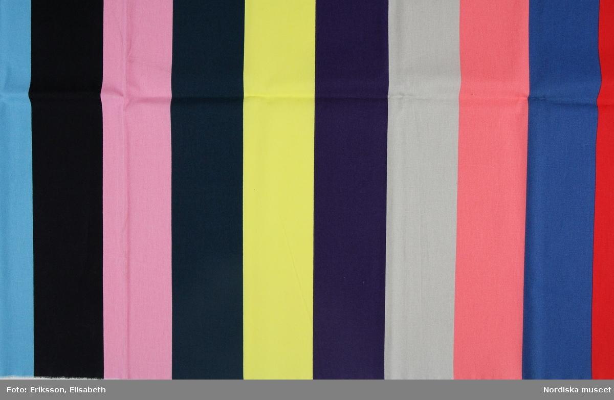 Mönster Avbilda, tryckta 10 cm breda ränder i rött, blått, rosa, grått, lila, gult, grönt, svart och ljusblått. Formgivare Synnöve Mork.