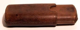 Cigarrfodral av ljusbrunt läder. Fodralet är i två delar som kan skjutas in i varandra.