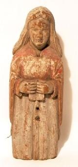 Stående kvinna, iförd gyllene blåfodrad mantel och livklädnad i guld. Högra armen hänger efter sidan och vänster hand är förlorad. Helskuren, målad även på baksidan.