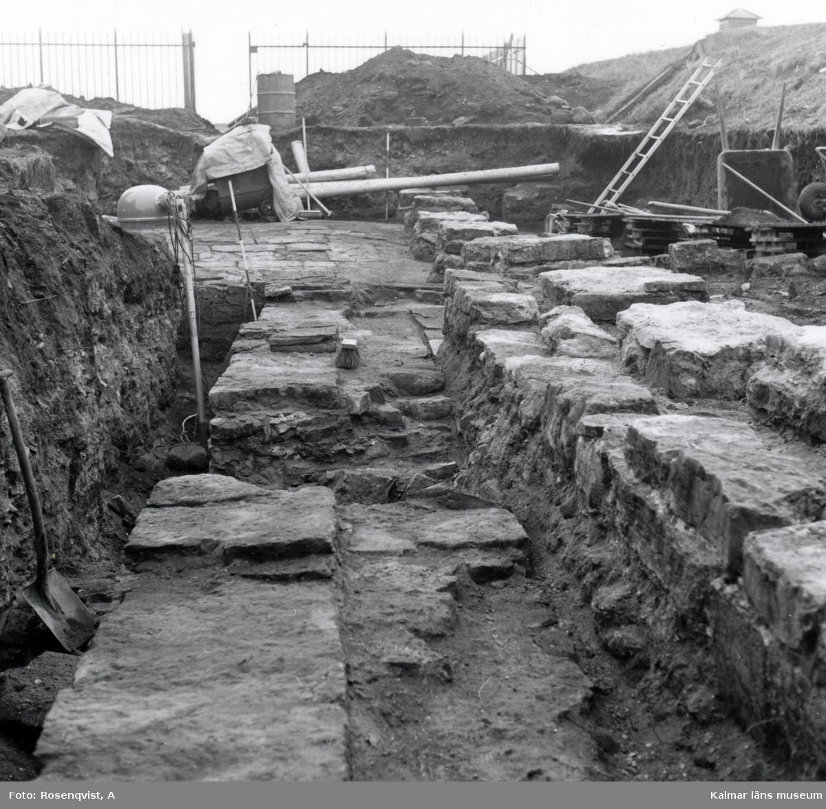 Utgrävning på Kalmar slott. Västra muren och området väster om den sett mot söder. Rapporten: Krutkammaren, vallgraven, västra vallen och  brunnar.
