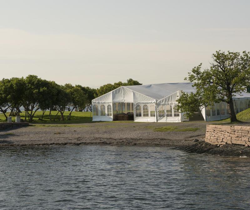 To partytelt på uteområdet til Norsk Maritimt Museum, sett fra sjøsida. (Foto/Photo)