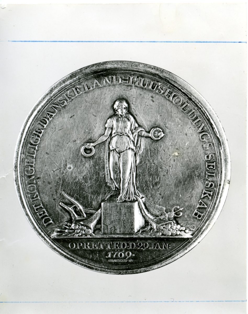 Berte Marie Rødnes si medalje for handarbeid.