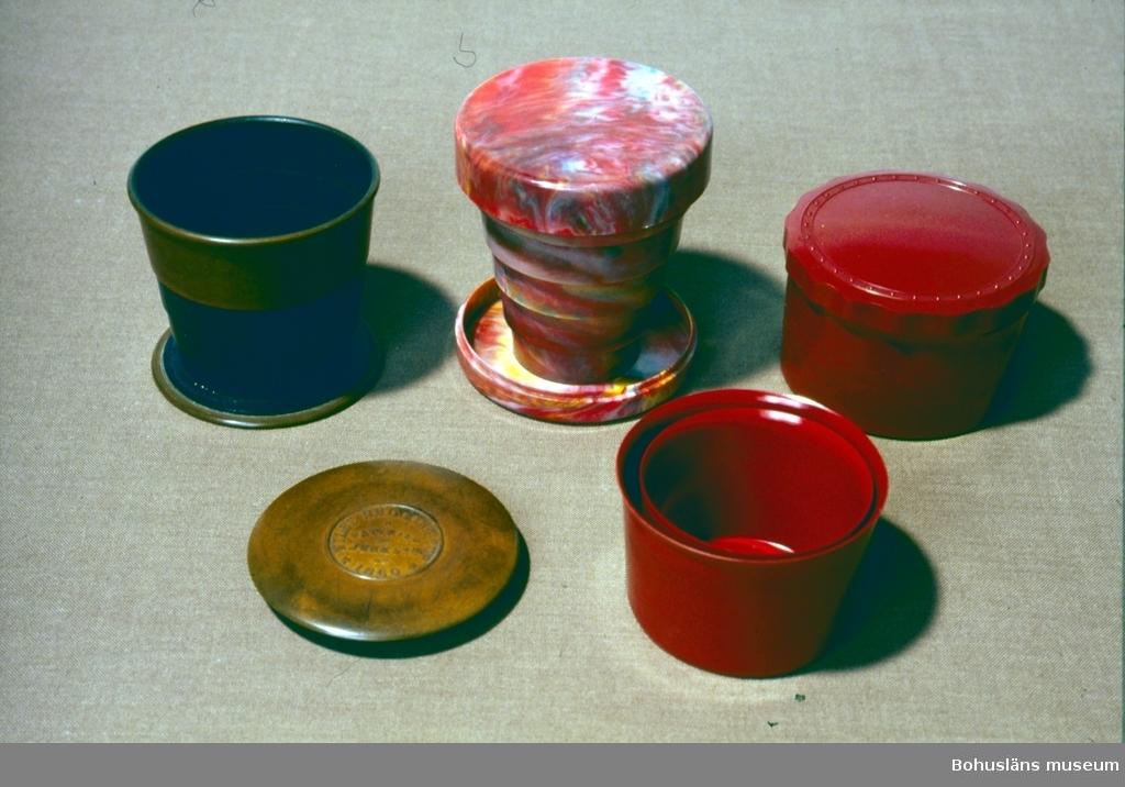 Ihopfällbara muggar av olika plastmaterial i utställning