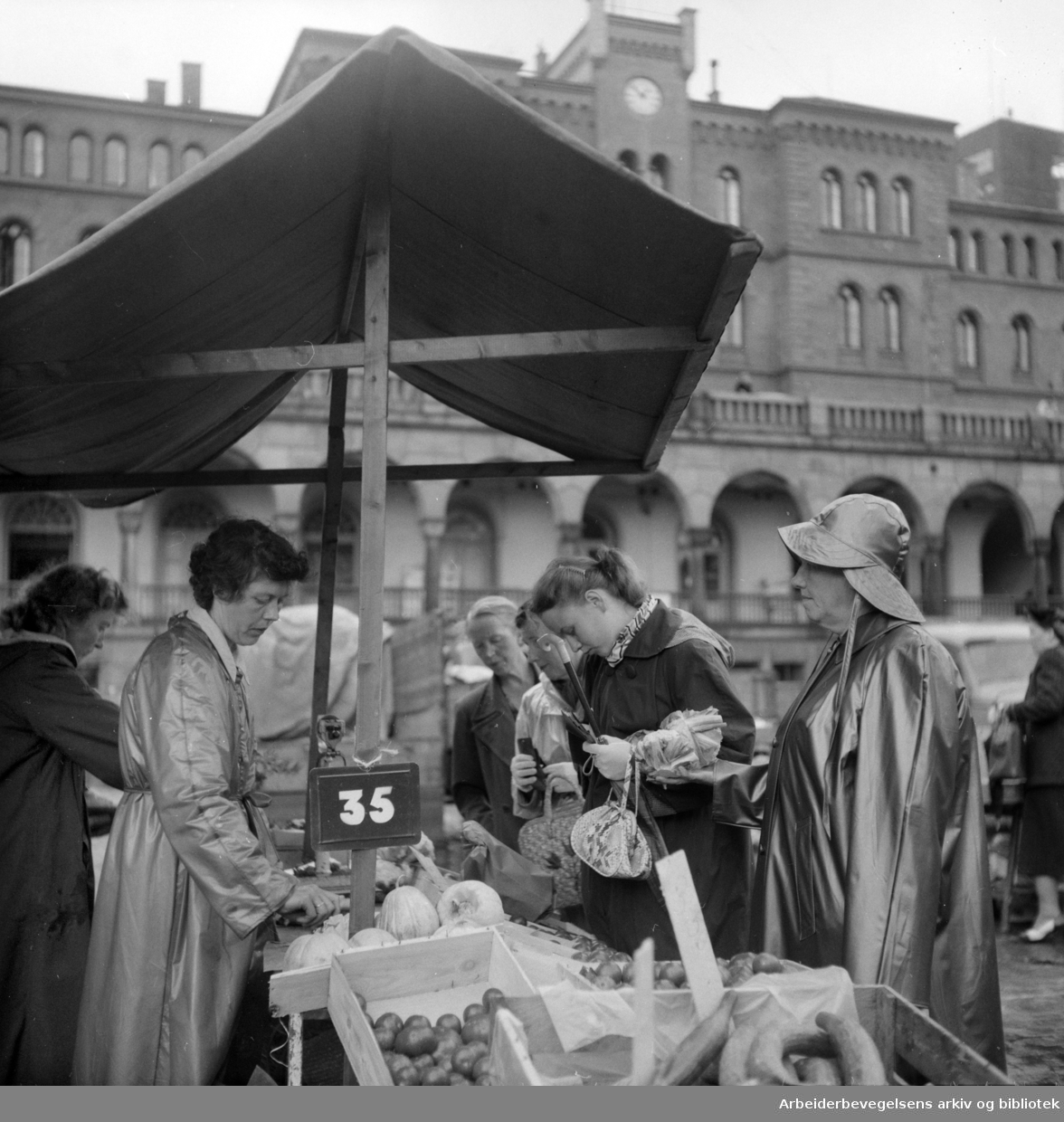 Youngstorget: Torgsalg. August 1954