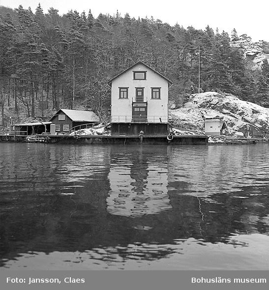 """Enligt uppgift: """"Bornö station från V och SV. Till höger om huvudbyggnad en dyktank, inköpt 1987, vilken användes för dykarutbildningen""""."""