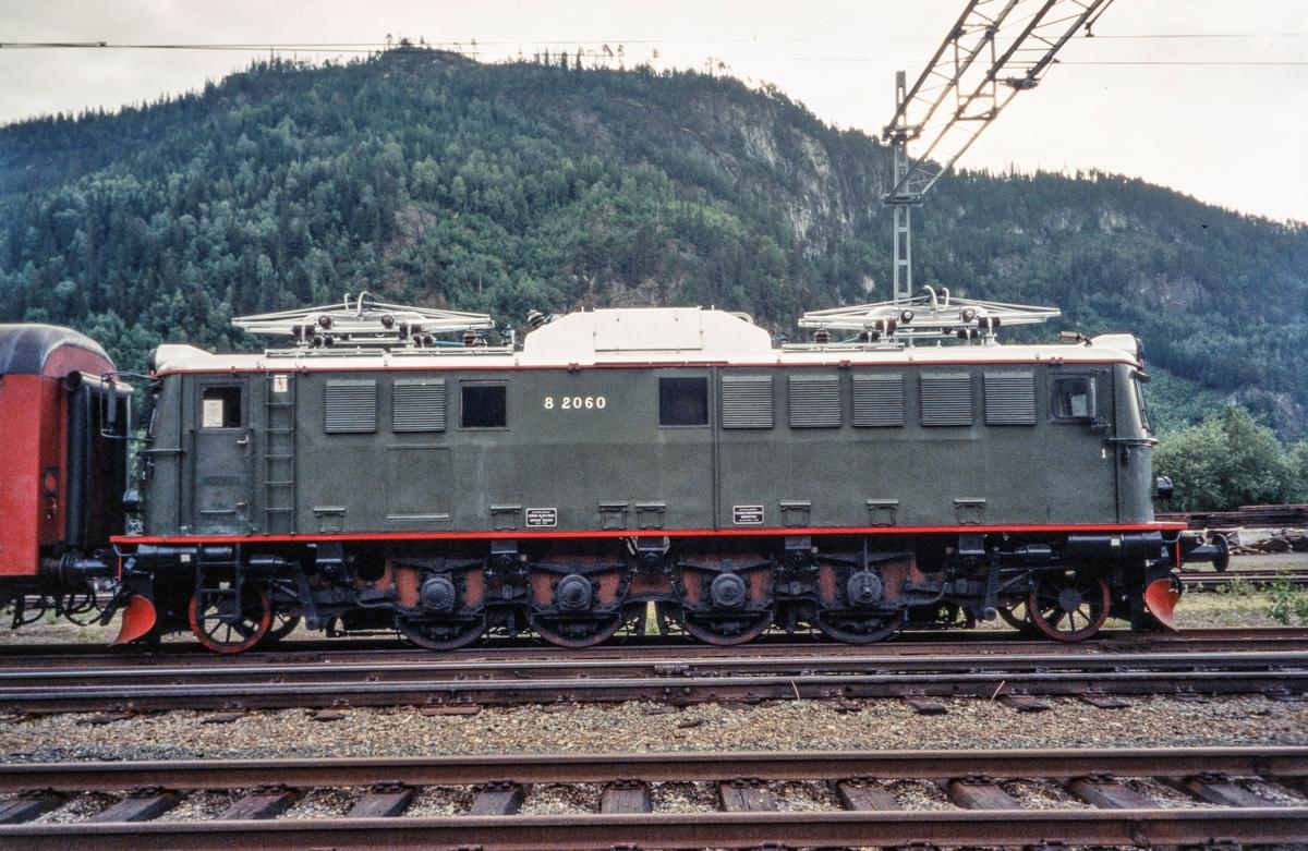 Elektrisk lokomotiv type El 8 2060 på Støren stasjon.