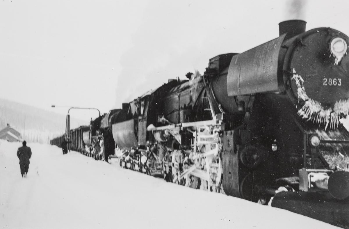Nordgående godstog, tog 5771, på Majavatn stasjon. Toget ble fremført med ekstra forspannslokomotiv mellom Grong og Mosjøen. Toget trekkes av to lokomotiver type 63a, fremst 63a nr. 2863.