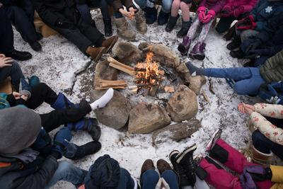 Barn rundt bålet, Hovinkoia ved Norsk Folkemuseum