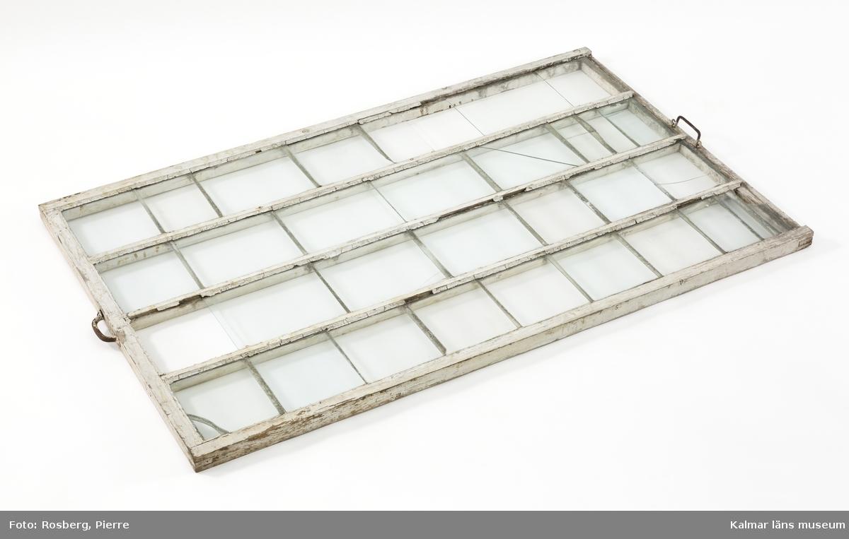 KLM 39493. Fönster, drivbänksfönster. Vitmålat ramverk av trä, glasrutor lagda med överlapp för att vattnet ska kunna rinna av på ett bra sätt. På kortsidorna järnhandtag.