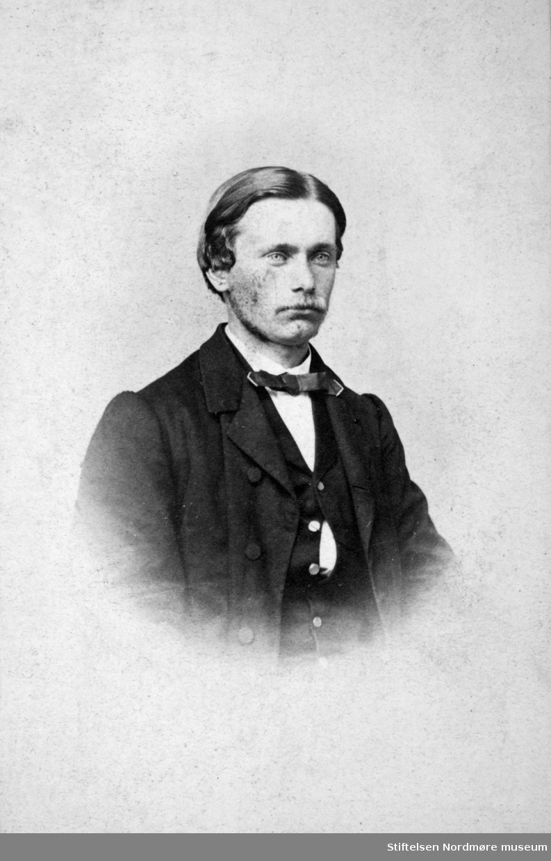 Portrettfoto av P. A. Bjørn. Arkivskapere er Jeanette Møllerop (f. 1885) og byfogd August Benjamin Bjørn (f. 1853). Det er Ellen Sirnæs som har i 2018 donert fotografiene. Fra Nordmøre museums fotosamlinger.