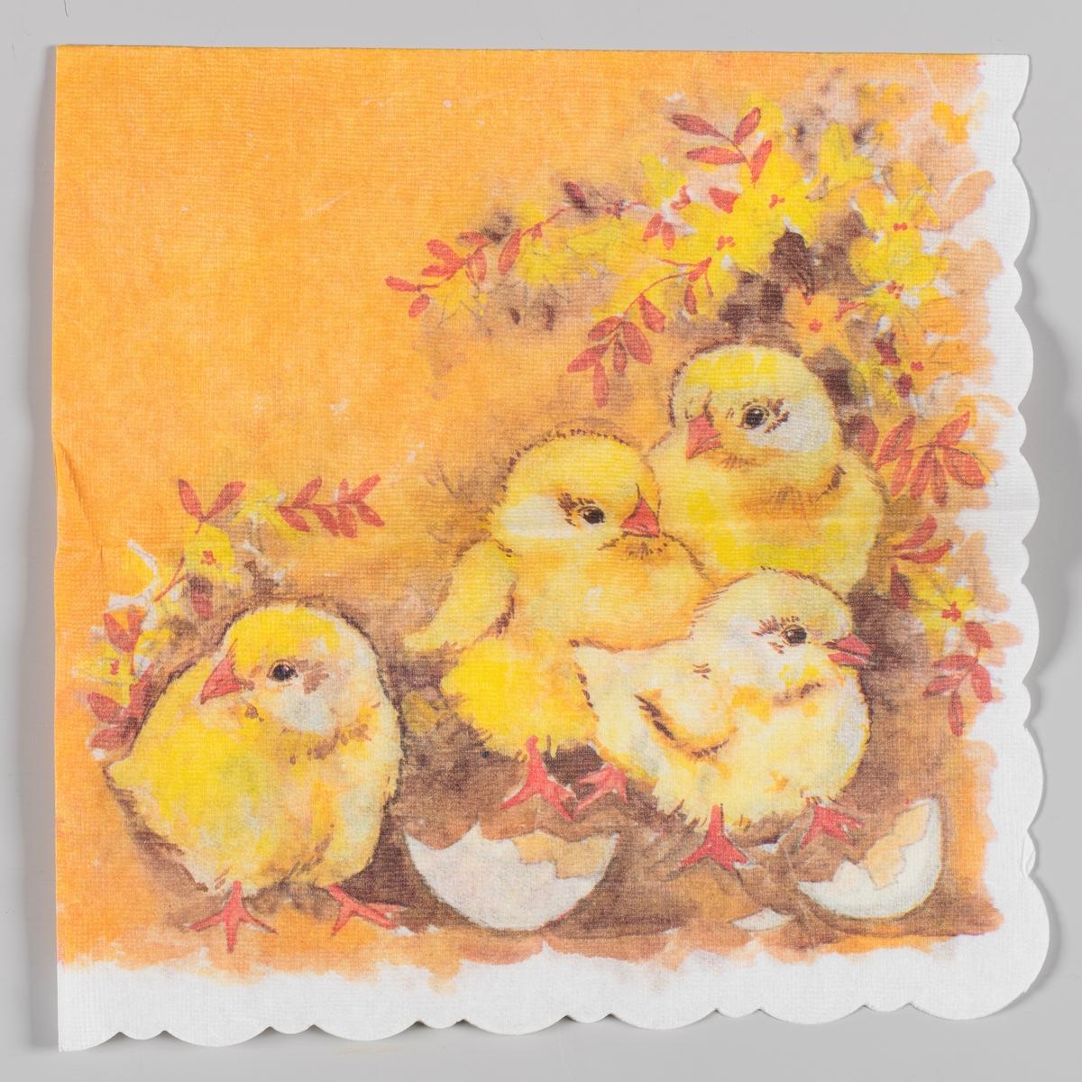 Fire kyllinger og skallet av et egg står i et landskpa med oransje og gule blomster og blader.