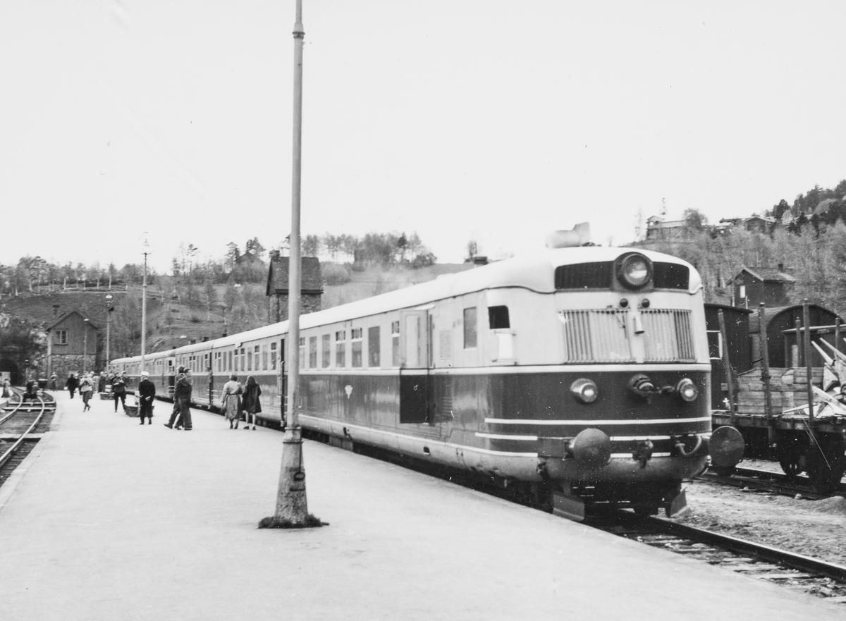 Dovreekspressen fra Oslo Ø til Trondheim gjør opphold på Dombås stasjon. Dobbelt motorvognsett type 88.