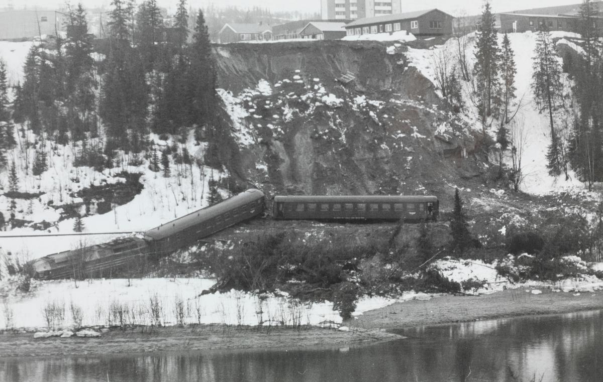 Nattoget fra Trondheim til Bodø , tog 455, har kjørt inn i et ras og sporet av. Toget ble trukket av  diesellokomotiv type Di 4 nr. 654.