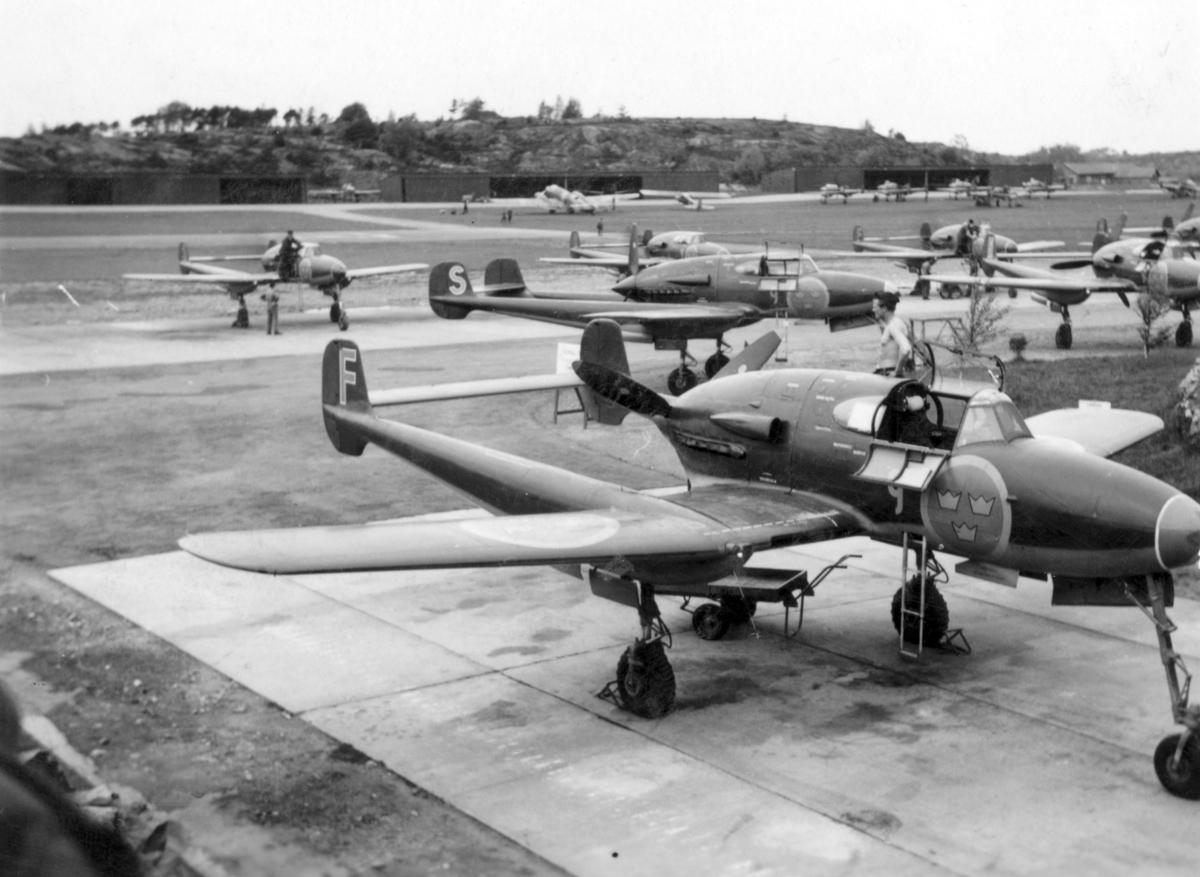 Furirskolan vid P 4 Skövde är på studiebesök vid Säve flygflottilj F 9 Göteborg, 1949. F 9 som var en jaktflottilj använde vid den här tiden SAAB J 21 som syns på bilden.