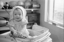 Portrett av et uidentifisert barn i barnevogn. Serie på 12 b
