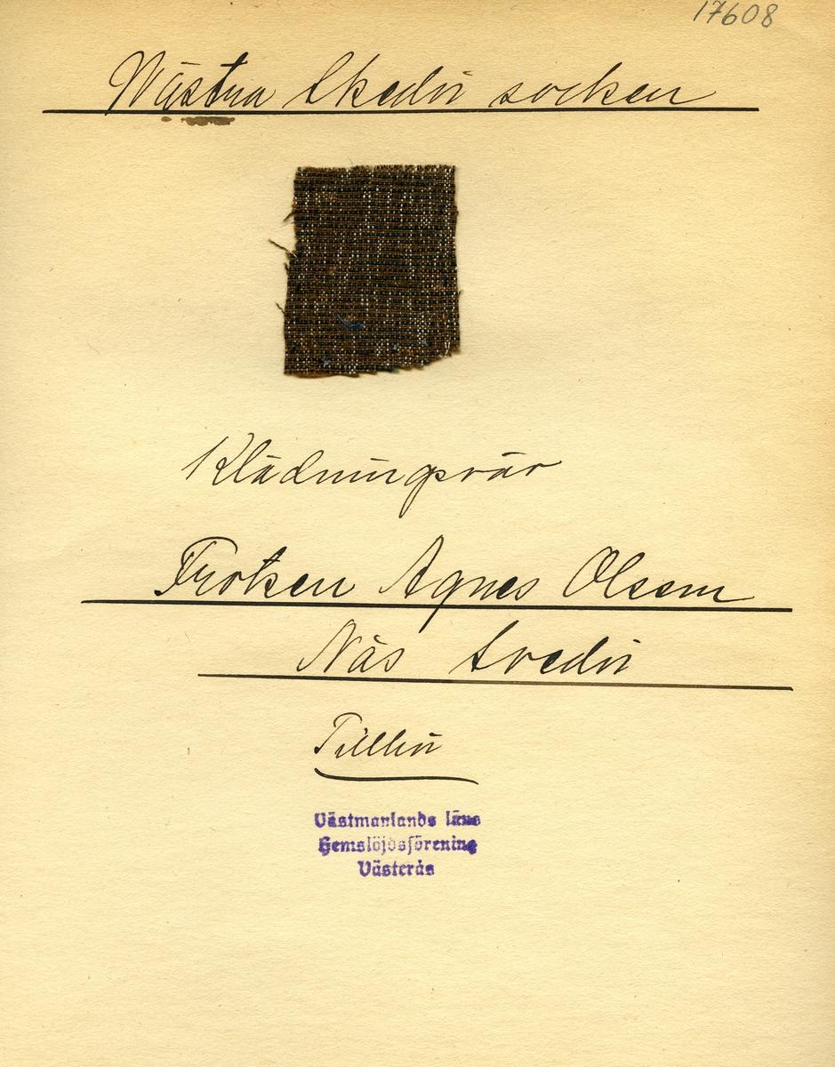 Anmärkningar: Vävnadsprov Olga Anderzons samling. Klänningsväv, Fröken Agnes Olsson, Näs Skedvi Västra Skedvi sn. Vävprov av halvylle i tuskaft, spräckligt. Varpen av bomull i brunt, beigt och vitt. Inslaget av ull är rostbrunt och svart. L. 600 450 Br. 370 380