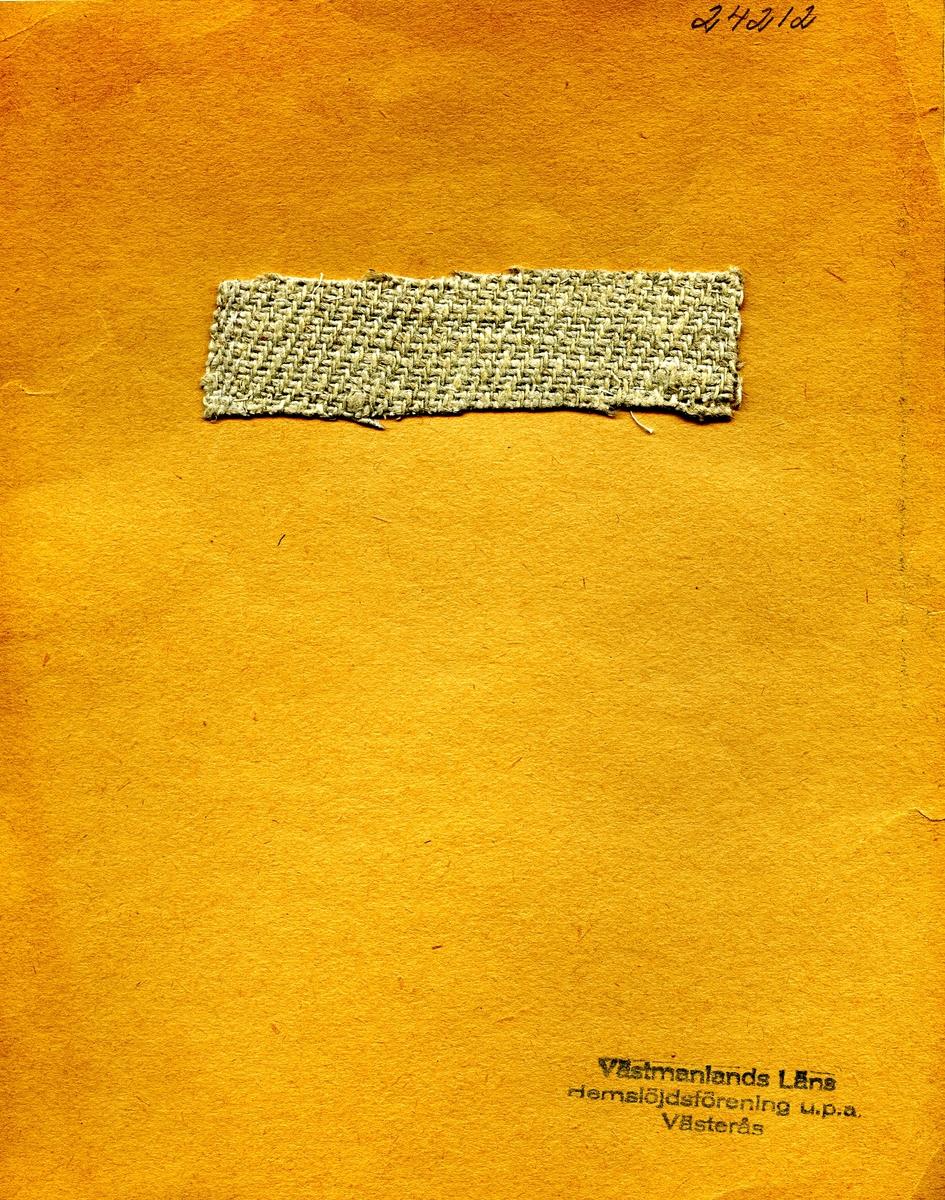 Anmärkningar: L; 27 B; 103 Vävprov av linne i kypert helt i vitt. Insamlad och skänkt av Olga Anderzon Västra Bergsgatan 8 Västerås.