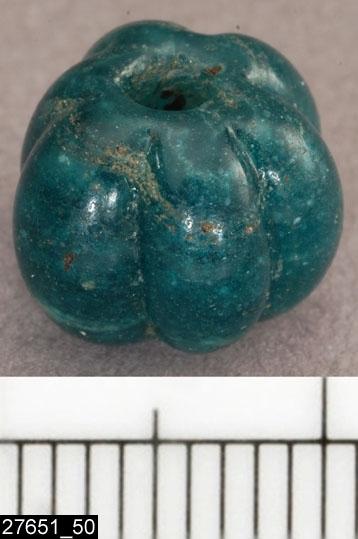 Anmärkningar: Badelunda sn, Tuna undersökt 1952-1953 Pärla, från båtgrav daterad till yngre järnålder, ca 800 e.kr. (Vendeltid/Vikingatid)  Pärlor av glas, från grav 35. 1 st grön, melonformad.  Pärlan tidigare onumrerad och ej beskriven i fyndförteckning, men fanns uppträdd på tråd tillsammans med pärlor från grav 35.  Pärlorna från grav 35 har omregistrerats av Access-projektet 2007 och då registrerats på enskilda poster under sitt ursprungliga fyndnummer, från fyndförteckning i Vlm:s arkiv. Pärlorna var tidigare uppträdda på tråd i följande ordning (fyndnr) 21, 1, 3, 4, 2, 5, 8, 6, 7, 14, 50, 15, 13, 11, 12, 9, 10, 26, 19, 51, 20, 22, 17, 34, 28, 24, 25, 35, 23. Löst i fyndasken låg nr 33, samt 36. Pärlorna nr 50 och 51 har getts nya undernummer av accessprojektet.  Litteratur Nylén, E. & Schönbäck, B. 1994. Tuna i Badelunda. Guld kvinnor båtar I. Västerås kulturnämnds skriftserie 27. Västerås. s 36 ff  Nylén, E. & Schönbäck, B. 1994. Tuna i Badelunda. Guld kvinnor båtar II. Västerås kulturnämnds skriftserie 30. Västerås. s 94 ff, 150ff, 199.  Färgfoto: A-7424, Sv/v A-7297, A-7298 in situ, fotograferad teckning neg nr A-7406,