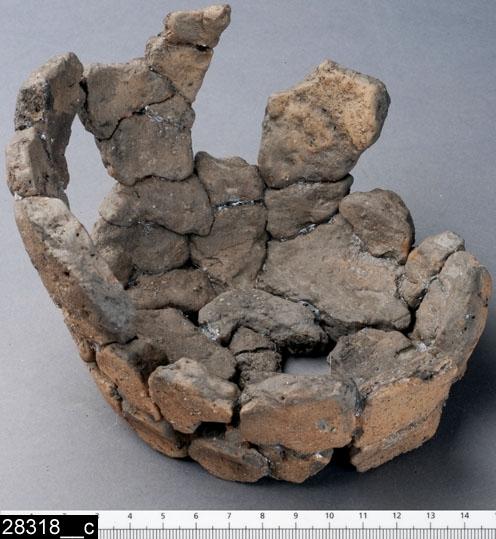 Anmärkningar: Badelunda sn, Tuna undersökt 1952-1953 Kärl, från brandgrav daterad till yngre järnålder ca 1000 e.Kr. (Vikingatid).  Kärl, av keramik från grav 37. 1 st av tjockt brunt gods med ljus yta. Kärlet har svagt bukig vägg med något inböjd mynningskant och avsatt botten. H ca 100 mm Bottendiameter ca 125 mm Mynningsdiameter ca 160 mm  Sammanfogat till ett kärl, numera något sönderrasat (Access-07/SG)  Litteratur Nylén, E. & Schönbäck, B. 1994. Tuna i Badelunda. Guld kvinnor båtar II. Västerås kulturnämnds skriftserie 30. Västerås. s 50ff, 85, 199.