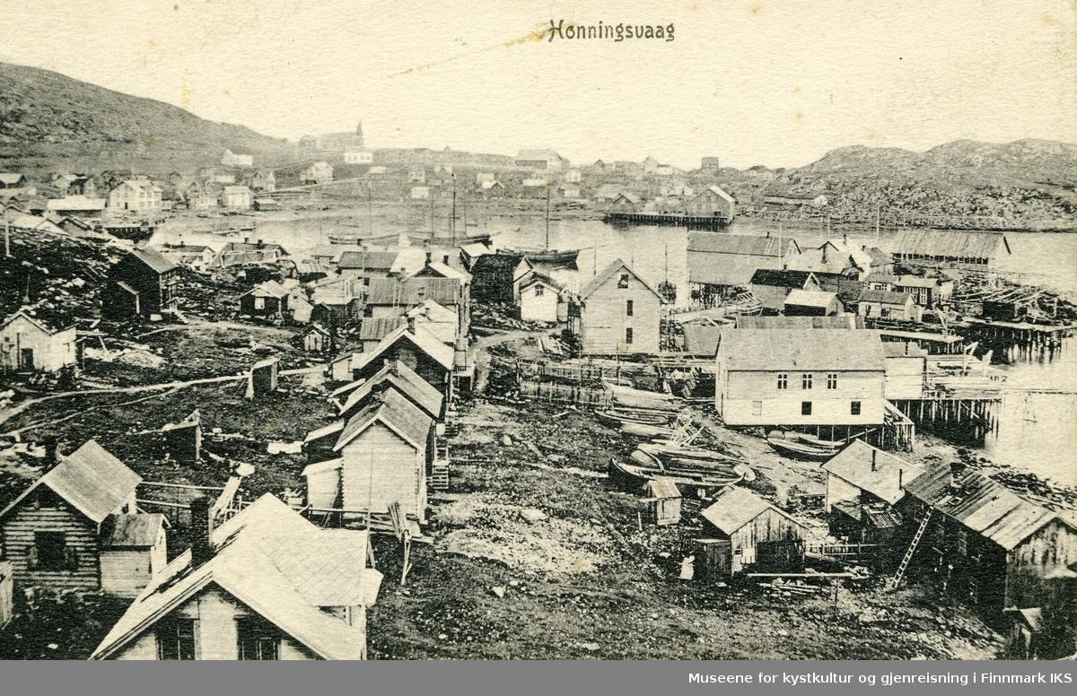 Postkort. Honningsvåg. Bebyggelse på Larsjorda, Holmen, rundt Vågen og mot Klubben. Kirka i bakgrunnen. 1920.