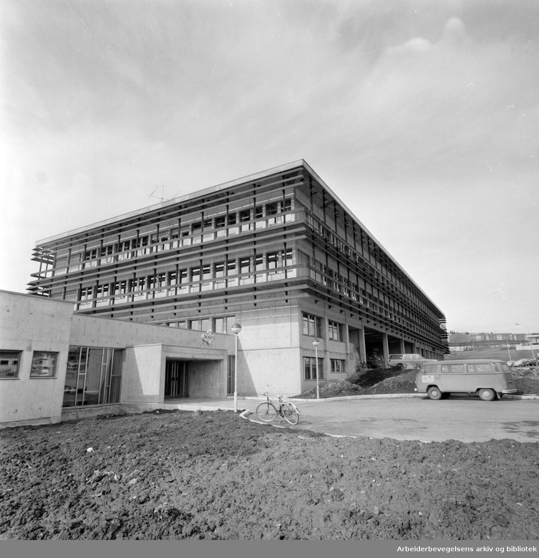Norsk Medisinaldepot. Nedre Kaldbakkvei. Storbygget for medisin er ferdig. April 1975