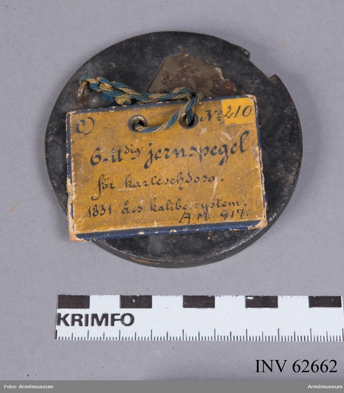 Grupp F II. 6-pundig järnspegel för karteschdosor enligt 1831 års kalibersystem. Avsedd att inläggas i karteschdosan ovanpå träbotten som underlag för skroten.