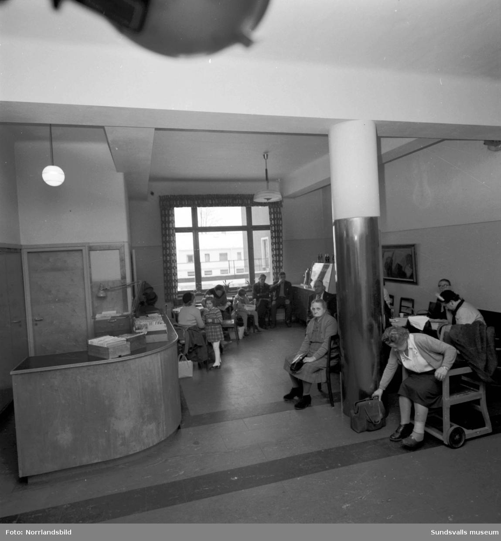 Väntrum med patienter på Sundsvalls lasarett.