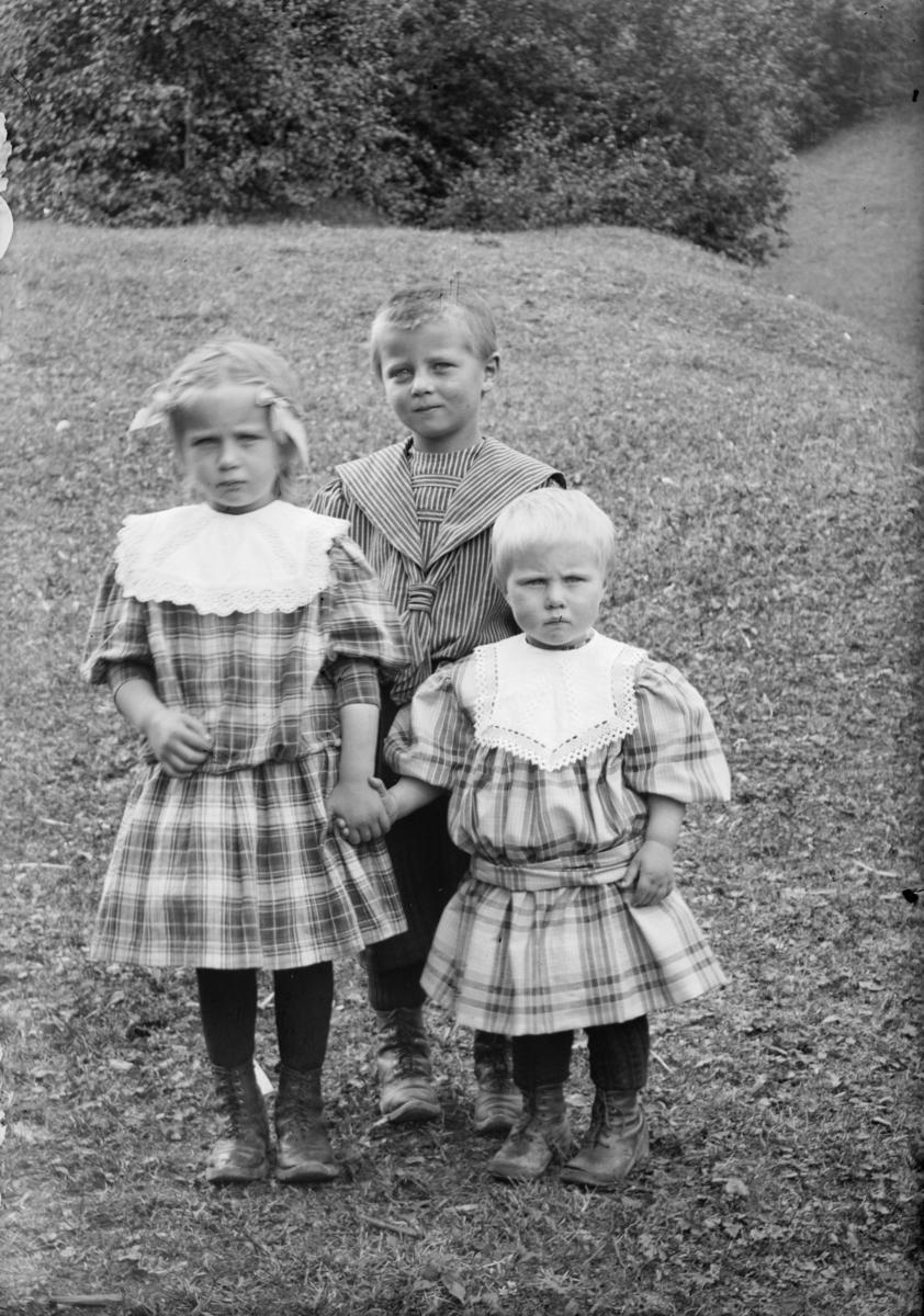 Portrett av tre ukjente barn