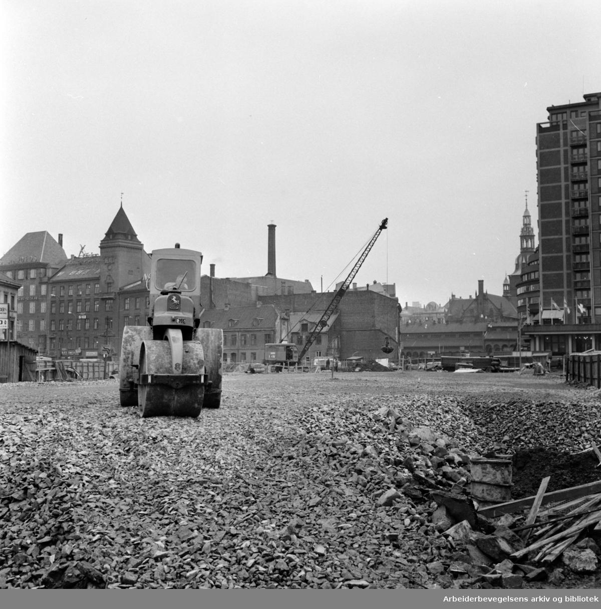 Jernbanetorget. Det begynner å bli orden igjen etter arbeidet med tunellbanen. November 1964