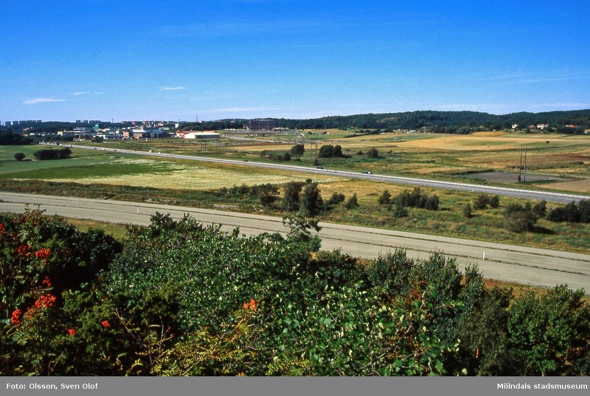 Vy från Balltorp mot Eklanda, Mölndal, efter det att Jolengatan invigts 19/6 1997. Söderleden går genom landskapet.