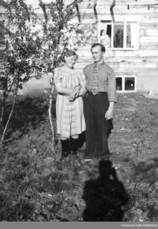 """""""I Jakobselv. Gamlehuset til Reidar."""" Familiealbum tilhørende familien Klemetsen. Utlånt av Trygve Klemetsen. Periode: 1930-1960."""