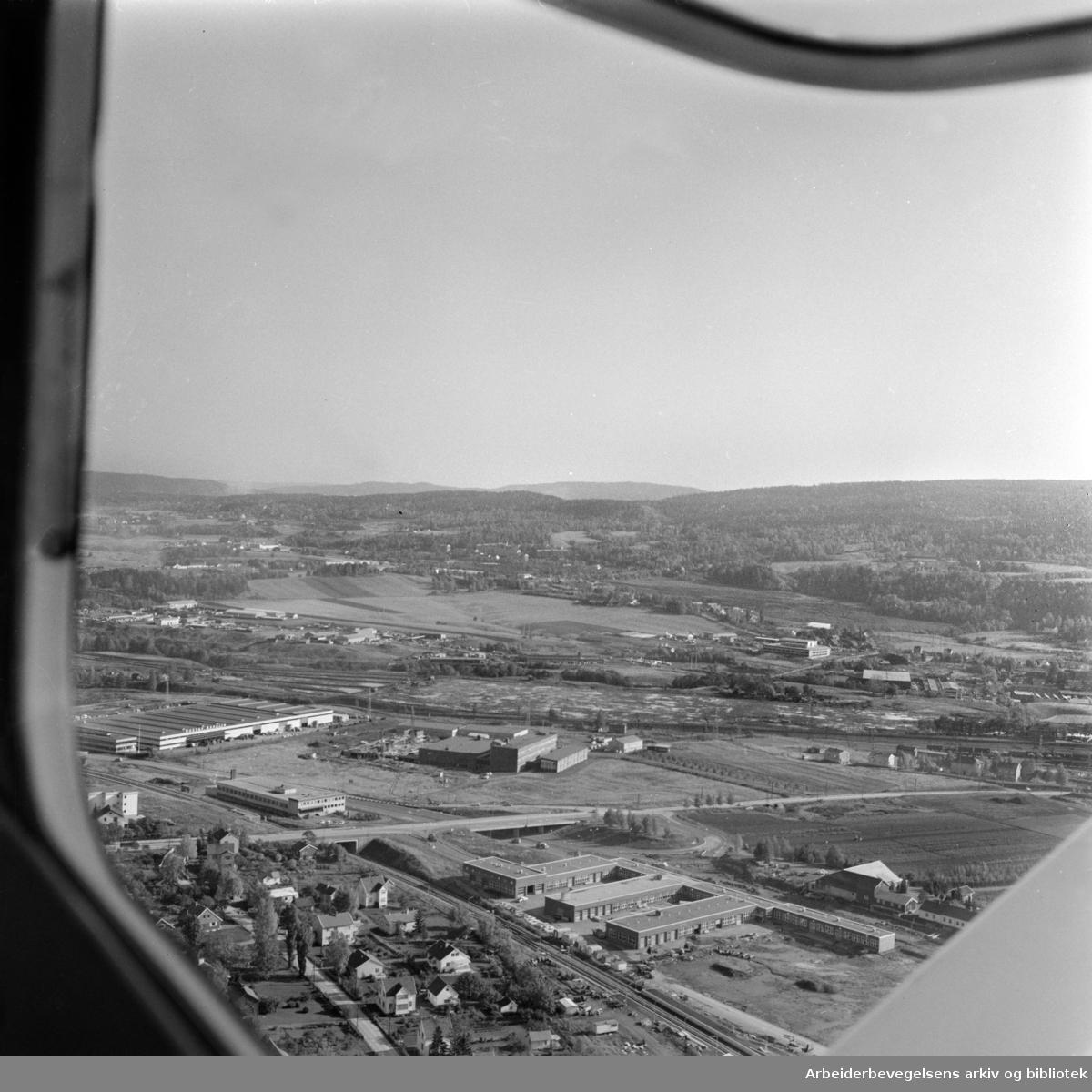 Grorud. (Flyfoto). Grorudbanen mellom Risløkka og Vollbekk. Oktober 1966