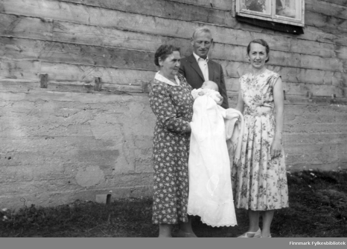 Trygve's barndåp. 1960. Familiealbum tilhørende familien Klemetsen. Utlånt av Trygve Klemetsen. Periode: 1930-1960.