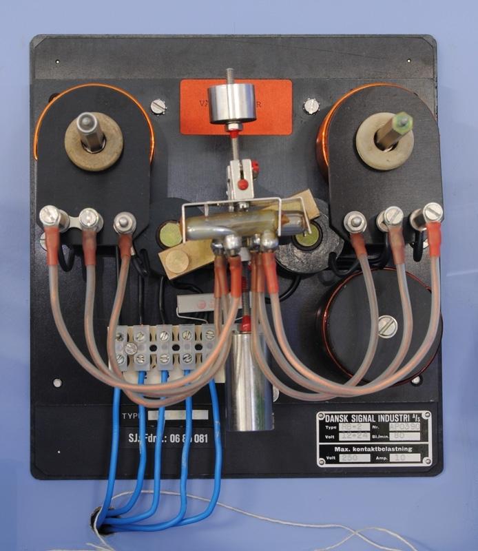 Blinkapparat för vägsignal. Type RB-2, Nr AP0390, Volt 12-24, BI./min 80, Max. kontaktbelastning, Volt 250, Amp. 10, TYPE JRMD 5008, SJ. Fdnr.: 0685081. Har tre kvicksilverrör. Roterar i sidled.  Modell/Fabrikat/typ: JRMD 5008