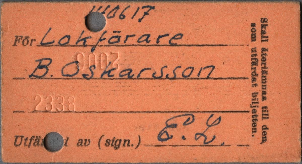 """Brun edmonsonsk biljett med tryckt text i svart: """"Statens Järnvägar Hushållsfribiljett 2 kl. Lidköping Göteborg C över Håp-Öx och åter över Hr-Håp"""". Avreseorten är stämplad medans """"Göteborg C"""" är handskrivet med bläck tillsammans med klass numret och resvägen. På vänstra kortsidan är datumet """"31.12.53"""" stämplat och den högra sidan har biljettnumret """"04954"""". Baksidan av biljetten har tryckt text i svart: """"Skall återlämnas till den som utfärdat biljetten. 0617 För Lokförare B. Oskarsson Utfär av (sign.) E.L."""". Namn, titel, signatur och nummer är handskrivna med bläck. Före ordet """"av"""" så fattas text som är borta på grund av hål från biljettång, dessutom går två siffror inte att tyda på grund av hål. Det finns två hål efter biljettång som är runda och bredvid ena hålet är en cirkel med bokstaven """"Å"""". När biljettången gjorde hål så blev också siffrorna """"2000"""" och """"2338"""" präglade på baksidan vid hålen. Det finns 55 dubletter som alla är tur och retur hushållsfribiljetter med avreseort från Lidköping, 17 av dessa är utfärdade till Oskarssons son """"Leif"""" och 18 till hans hustru. Biljetterna har olika datum under året 1953. Tre biljetter har avgångsorten och datum handskrivet, de är utfärdade på samma datum till Oskarsson, hans fru och son. Alla 56 biljetter ligger tillsammans omslutna av brun papperstejp som har en handskriven text i svart tusch: """"Lista 10 Lokf B Oskarsson""""."""