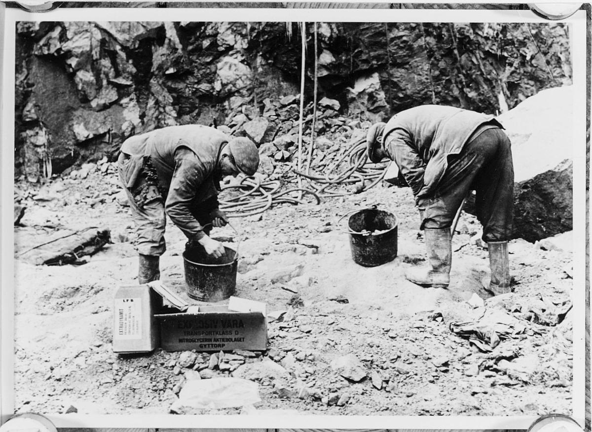 I berggrunden laddas dynamit för sprängning. Foto 1959.