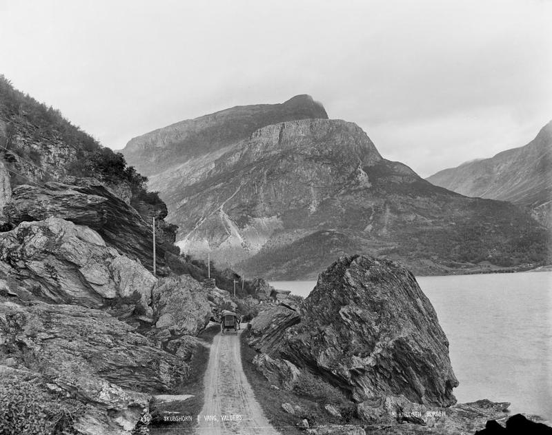 Biletet viser vegen langsmed Vangsmjøse, fjellet er Skudshødn. Fotograf: Knud Knudsen