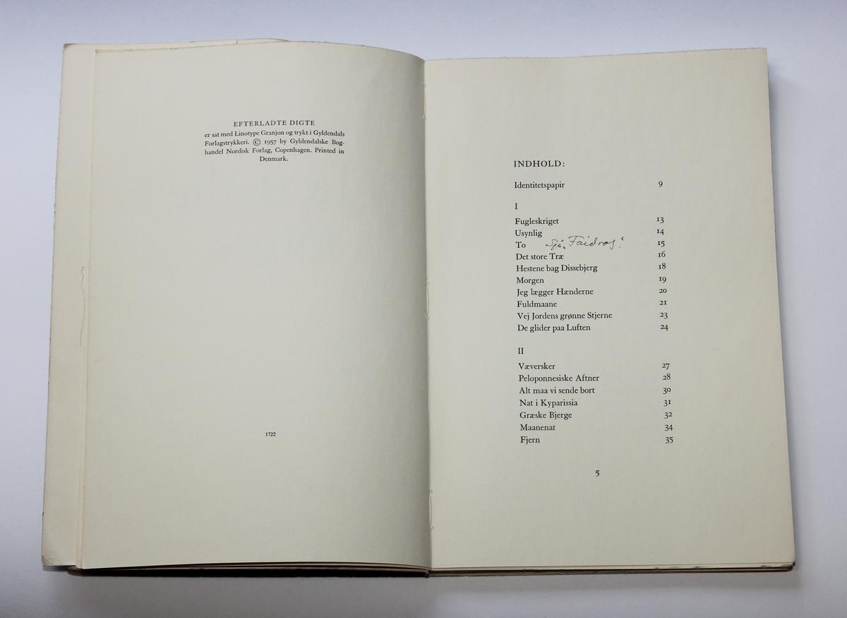 Boka er ei samling dikt skrive av Paul la Cour (1902-1956). Olav H. Hauge har ført inn eit lengre sitat frå Platon-dialogen Faidros i boka. I fleire av bøkene Hauge hadde av Platon har han skrive inn namnet Paul la Cour. Det er to lause dokument i boka. Det eine er eit avisutklypp som er ein tekst skrive av Haralds Sverdrup. Det andre er eit papp-kort med handskrivne notatar gjort av Hauge.