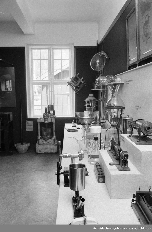 Bygdøy. Folkemuseet. Interiør fra et gammelt apotek..Mai 1975