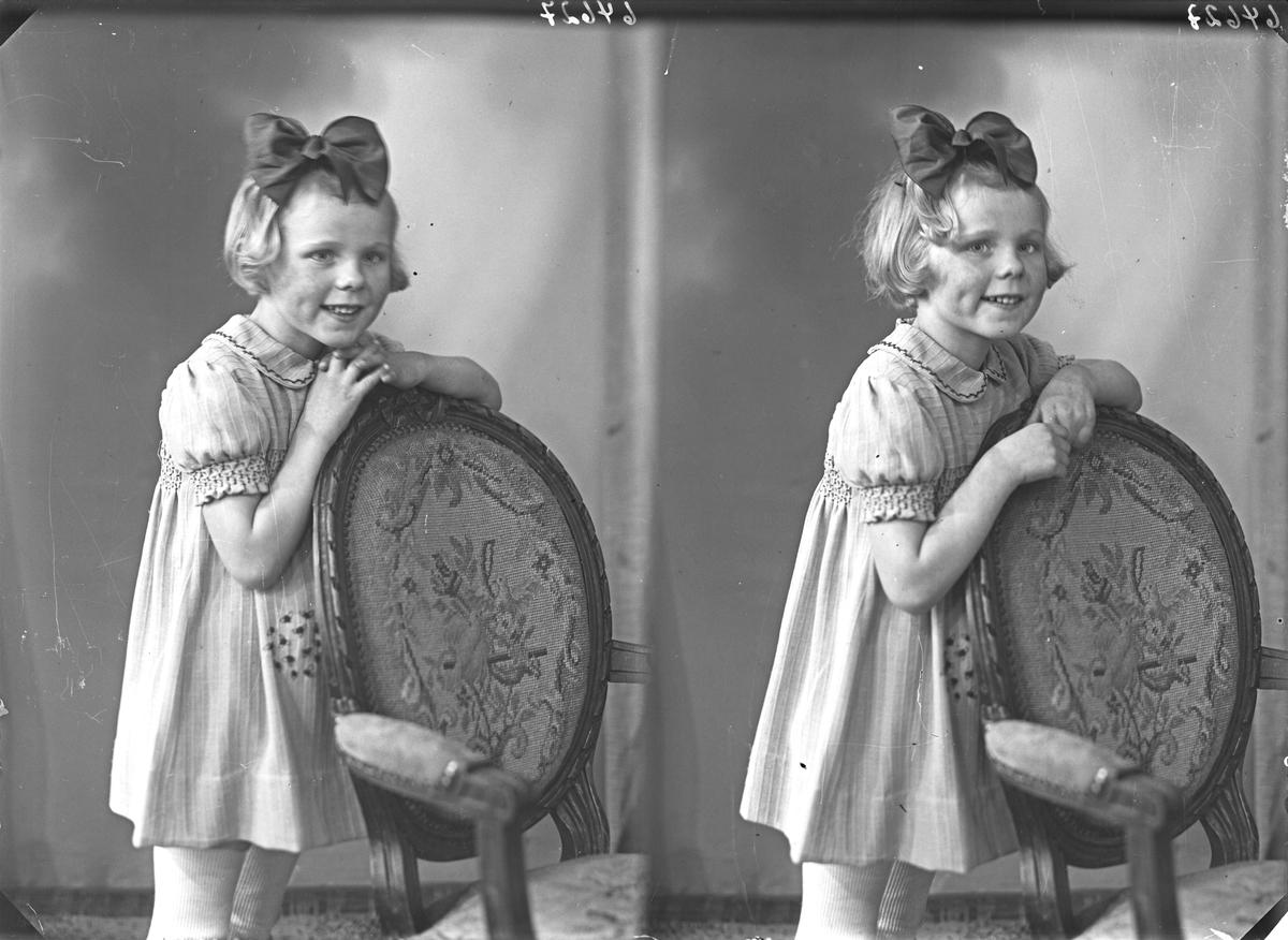 Portrett. Ung pike i kjole med sløyfe i håret. Bestilt av Rita Røthing.