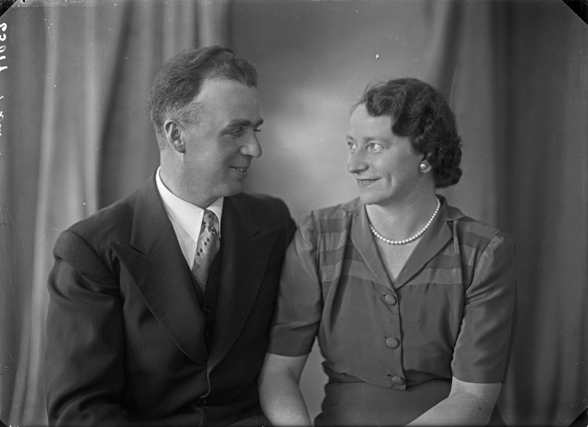 Gruppebilde. Gruppe på to. Mann og kvinne. Bestilt av Olav Østensjø. Langt. 3.
