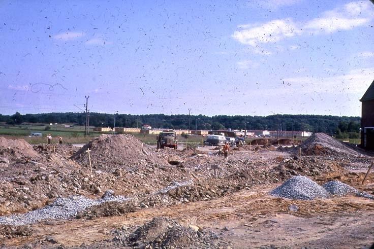 Vintern 1962-63. Esso-kontoret under byggnad. (Se bild 301-302). Sovbaracker i bakgrunden.