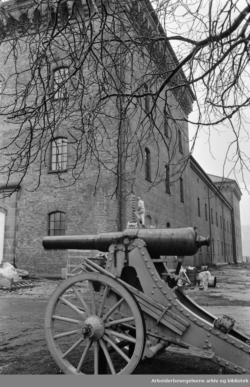 Akershus Festning. Fagbygg a.s. legger siste hånd på bygning 62, Forsvarsmuseet utvendig. April 1978