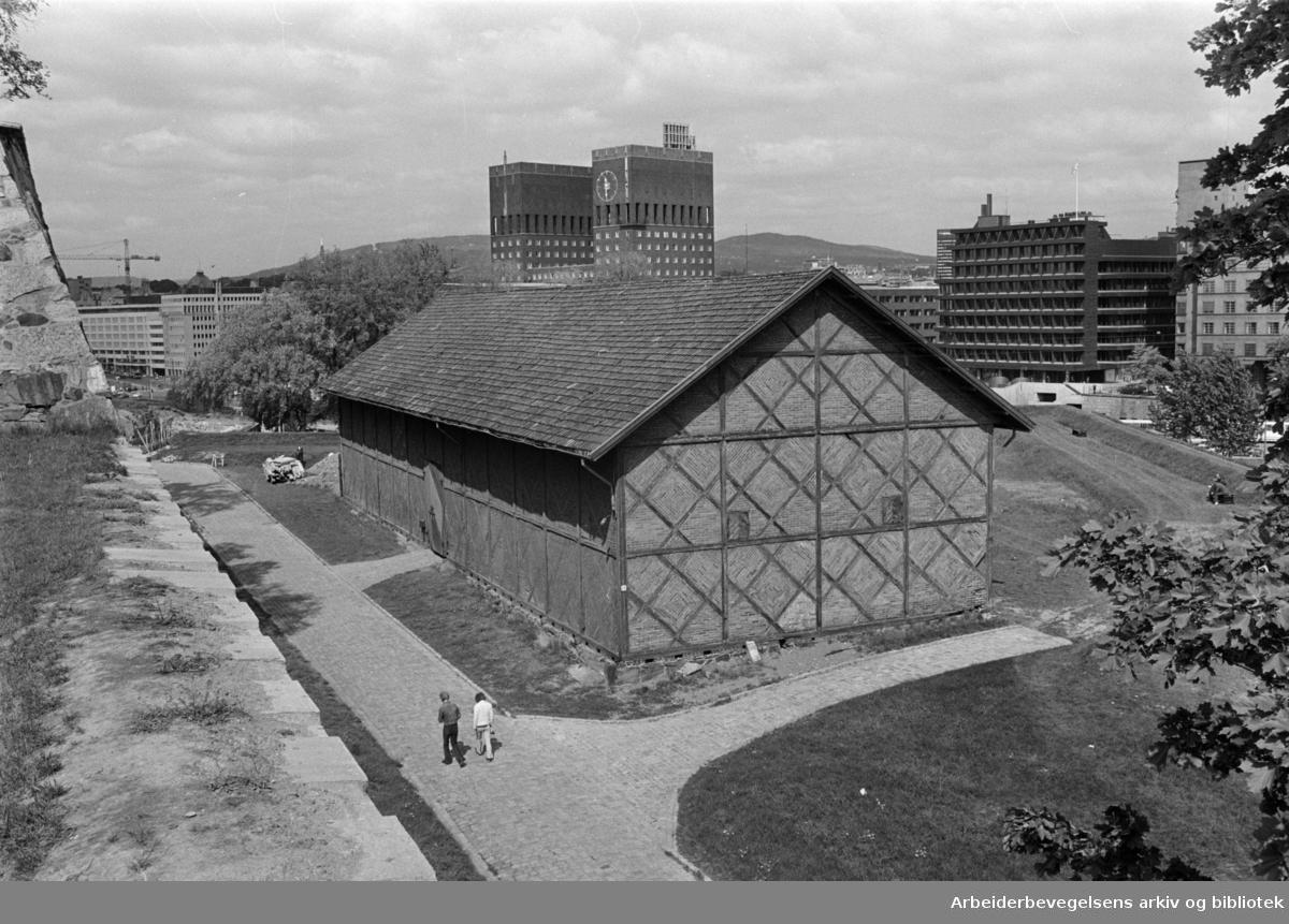 Akershus Festning. Den gamle bindingsverkbygningen på Akershus som er blitt benyttet som høylåve. Mai 1976