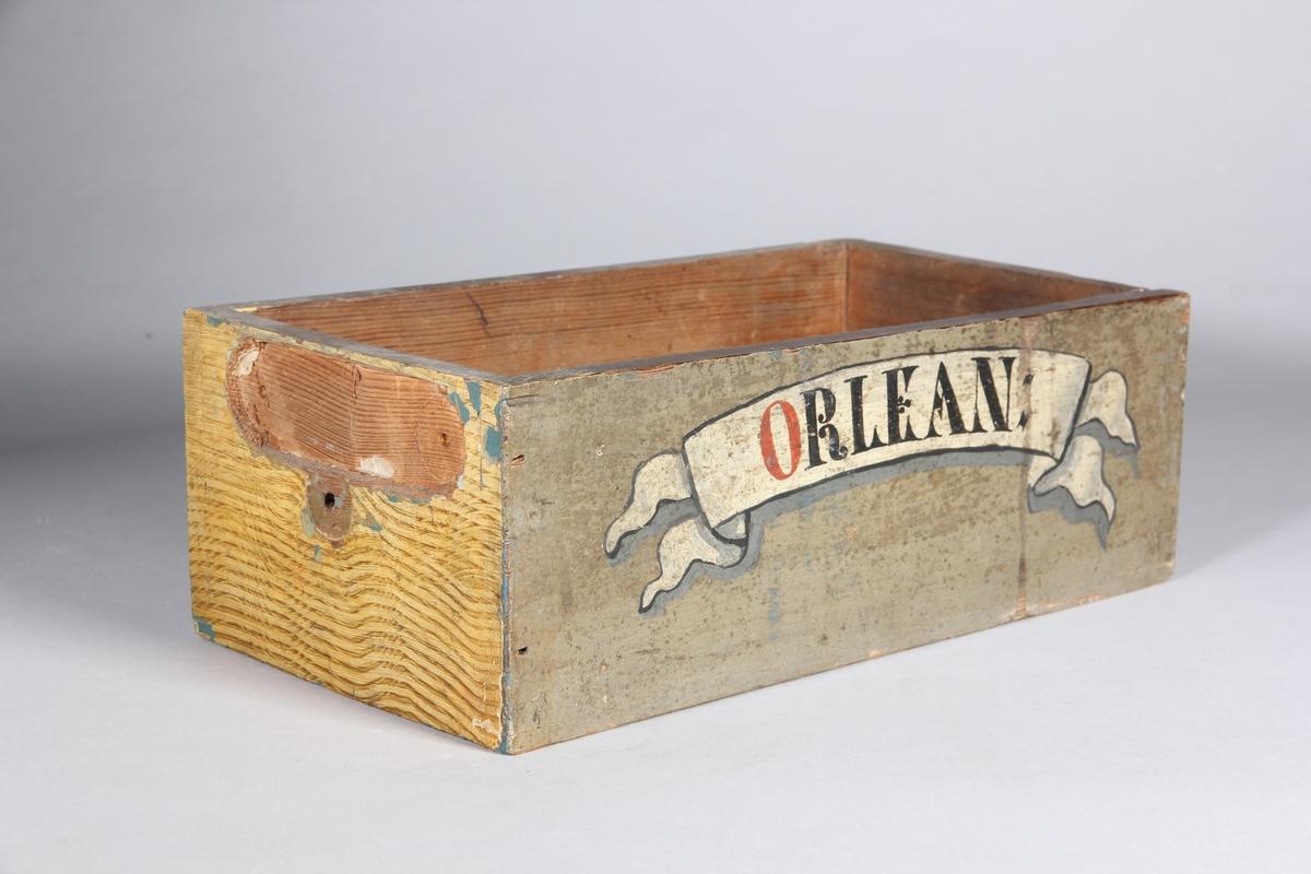 Låda, rektangulär, av trä, målad. Sekundärt uttag på ena kortsidan för skylt.