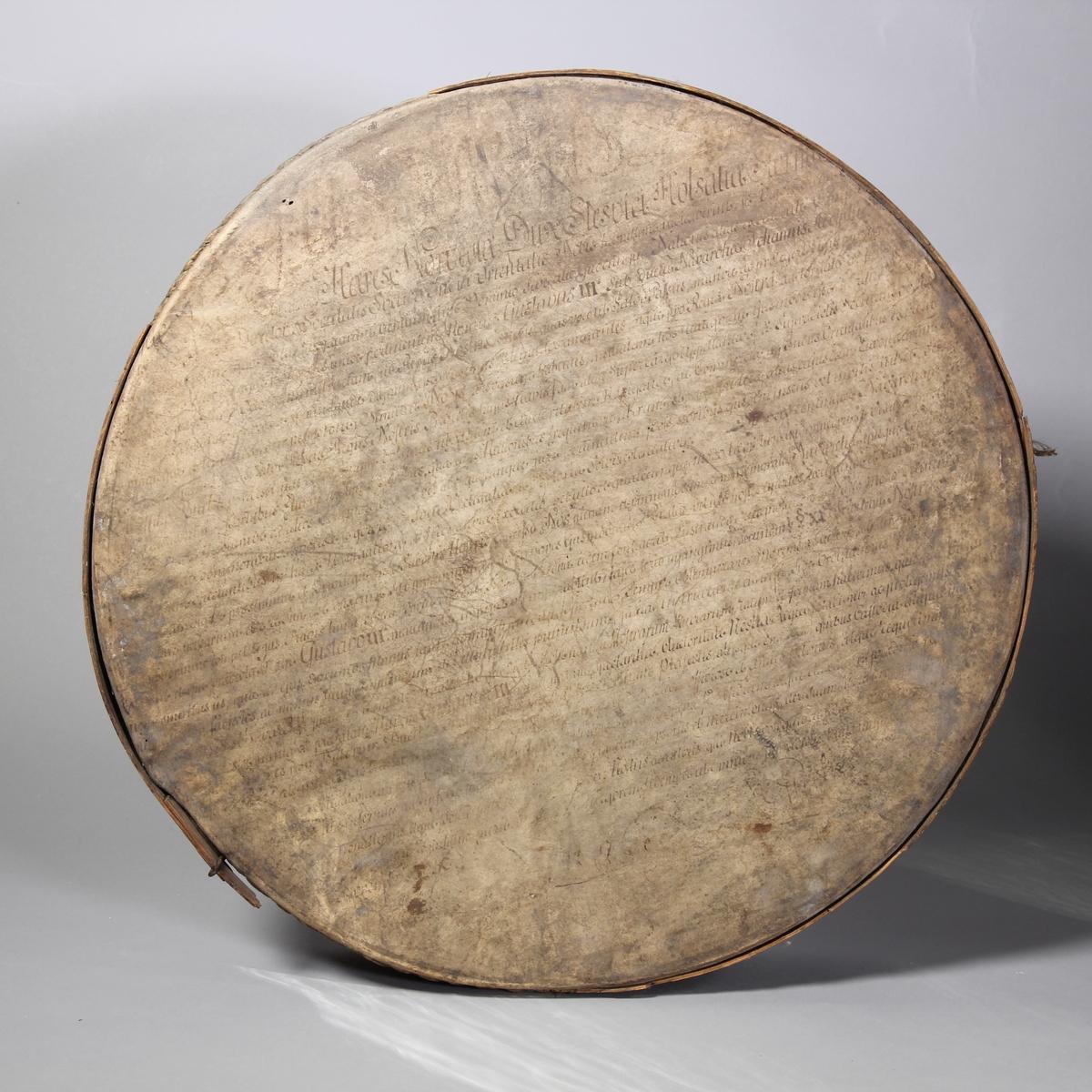Siktbotten av trä, 2 st, svept, med botten av pergament.