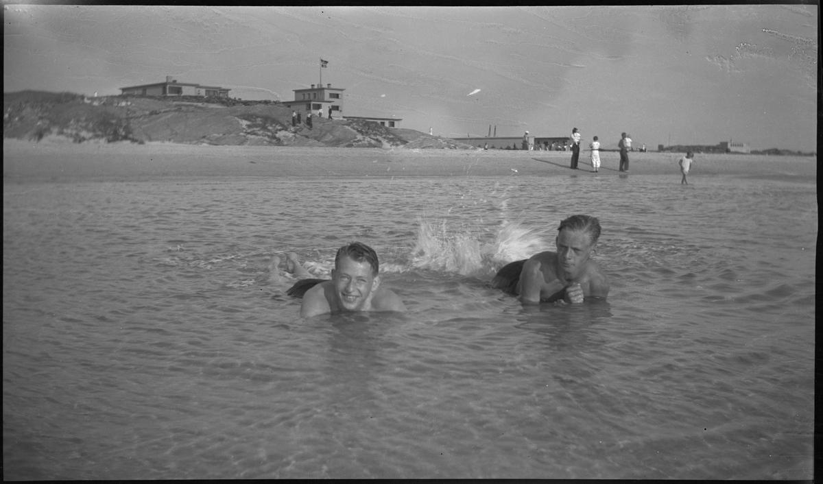 Bading og strandliv på Solasanden. Det er bilder av to gutter som bader, en ungdomsgjeng og to helportretter av to gutter i sanddynene. Sola strandhotell er i bakgrunnen på bilde nr. 1.