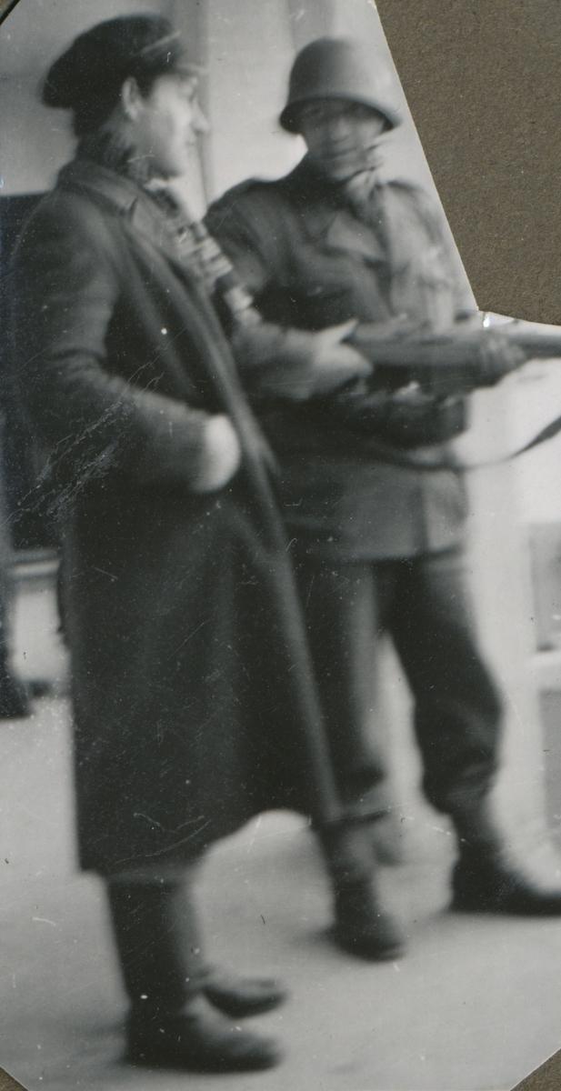 Rolv Amdam sammen med en av vaktene på Falstad 12. mai 1945.
