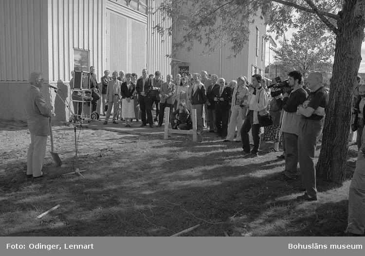 Med denna spade tog länsmuseets styrelseordförande Arne Bergermo första spadtaget till nya museet vid en ceremoni 17 maj 1982. Då museet invigdes 2 juni 1984 överlämnades spaden som gåva av byggföretaget Johnson Construction Company (JCC) som uppfört huset. Spadbladet målat i guldfärg och handtaget (framsidan) försett med silverplatta, stämplad AGV Uddevalla 1984 och med ingraverad text:            BOHUSLÄNS MUSEUM FÖRSTA SPADTAGET 17 MAJ 1982          INVIGNING 2 JUNI 1984        GENERALENTREPRENÖR                          JCC  Även använd den dag första spadtaget togs för Bohusläns museums konsthall år 2001. På en platta av rostfritt stål placerad på skaftets baksida står ingraverat:     BOHUSLÄNS MUSEUM             Konsthallen  Första spadtaget 18 juni 2001     Invigning 16 mars 2002        Generalentreprenör               STENAB